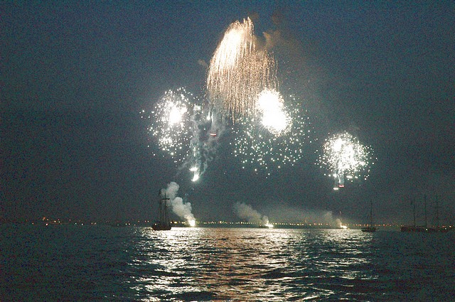 Click image for larger version  Name:tn_T200 Fireworks 2 28-06-2005 21-16-30.jpg Views:157 Size:107.5 KB ID:12958