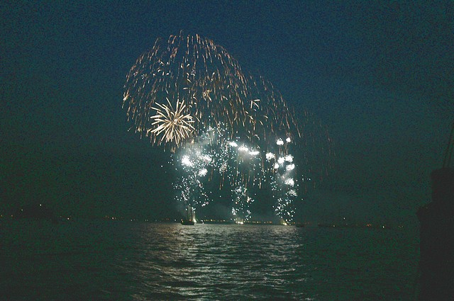 Click image for larger version  Name:tn_T200 Fireworks 1 28-06-2005 21-16-55.jpg Views:118 Size:80.0 KB ID:12959