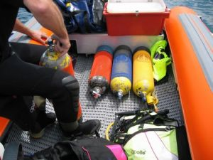 Click image for larger version  Name:prepping the dive tanks.jpg Views:191 Size:16.3 KB ID:27410