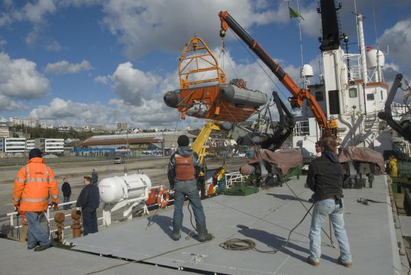 """Offloading the """"Mermaid"""" Avon Jet Boat, Brest , France"""