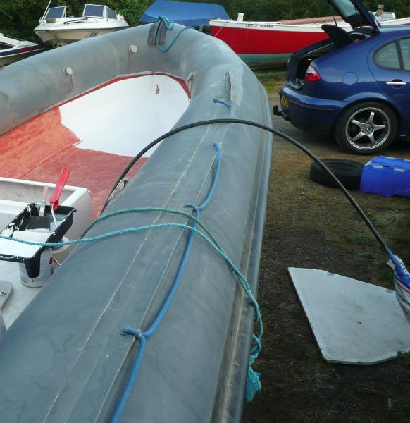 First of all I found an engine cover from Bauliner, which I cut to match the bow shape... (on the right on this picture)
